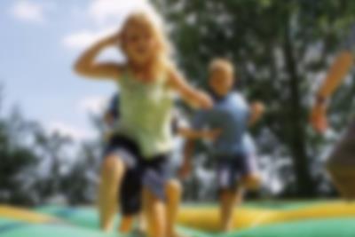 Ei jente ler på hoppemadrassen ved Lalandia