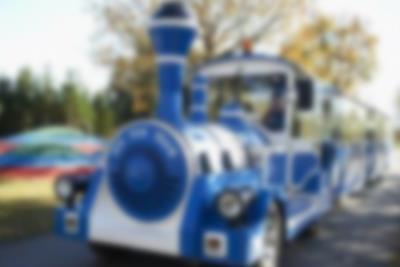 Der Lalandia Express fährt Gäste zum Ferienhausgebiet von Lalandia in Billund.