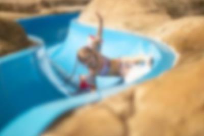 Flicka i juniorbassängen i Lalandia Aquadome