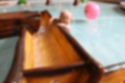I den roliga barnbassängen kan de 0-5-åriga testa en liten vattenrutschbana