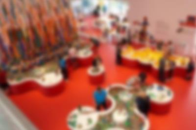 LEGO House set oppefra. Oplev en verden af klodser og sjov tæt ved Lalandia i Billund.