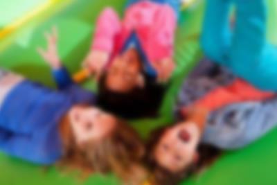 Tre børn hygger sig sammen og smiler i Monky Tonky Land i Lalandia - legelandet er perfekt til børnefødselsdag.